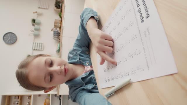 дистанционные школьные классы - covid testing стоковые видео и кадры b-roll