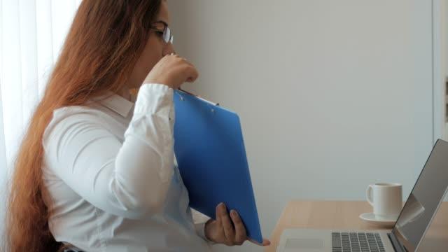 fernlehrer gespräche über videoanruf oder link auf laptop mit entfernten schülern oder freunden, webinar oder online-seminar über das internet - nachhilfelehrer stock-videos und b-roll-filmmaterial