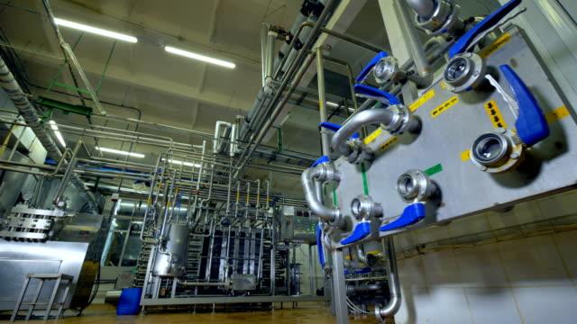 すべての乳製品工場作業室の内部機器を配管遠景。4 k。 - 機械部品点の映像素材/bロール