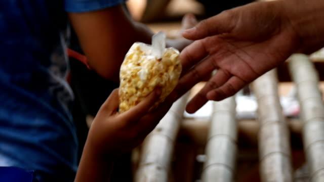 vídeos y material grabado en eventos de stock de distribución de alimentos - charity