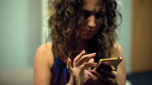 gestörte frau suchen etwas im telefon versucht, mudra für meditation finden - schriftrolle stock-videos und b-roll-filmmaterial