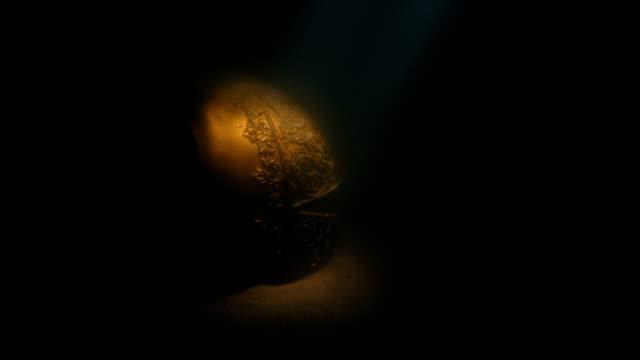 diver shines torch on gold chalice deep underwater - scatola del tesoro video stock e b–roll