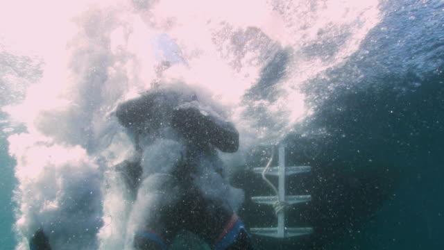 divers entry into the ocean - uzun adımlarla yürümek stok videoları ve detay görüntü çekimi