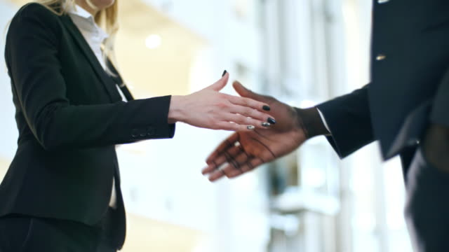 Diverses entreprises partenaires secouant les mains - Vidéo