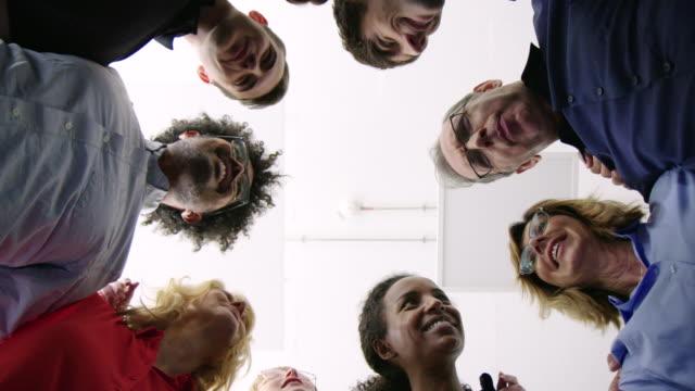 多様なビジネスチームが集まっている ビデオ
