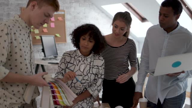skiftande business-team - anständig klädsel bildbanksvideor och videomaterial från bakom kulisserna