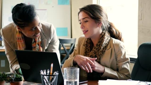 diverse businesswomen meet to discuss in the office - ассистент стоковые видео и кадры b-roll