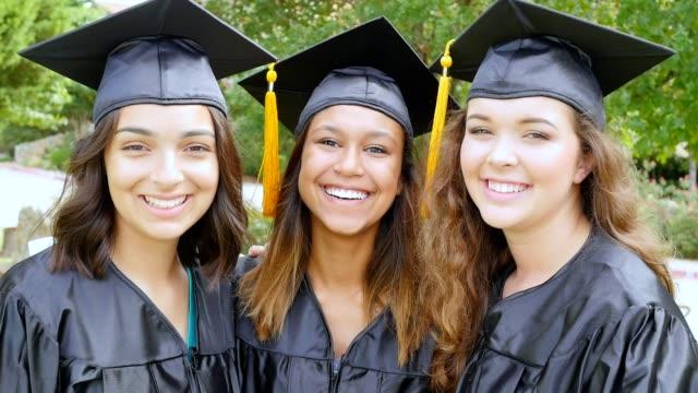 Chicas de Colegio diversas divertirse juntos después de su graduación - vídeo