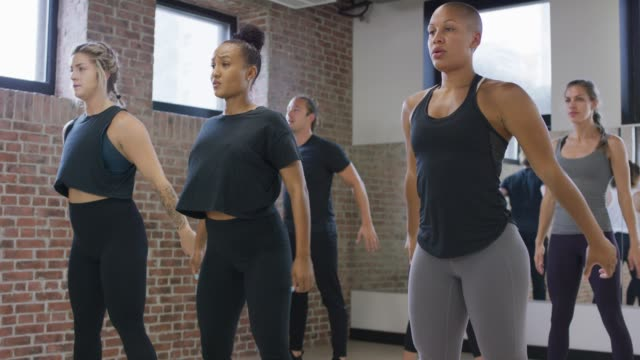 vielfältige fitness-klasse macht kniebeugen - fitnesskurs stock-videos und b-roll-filmmaterial