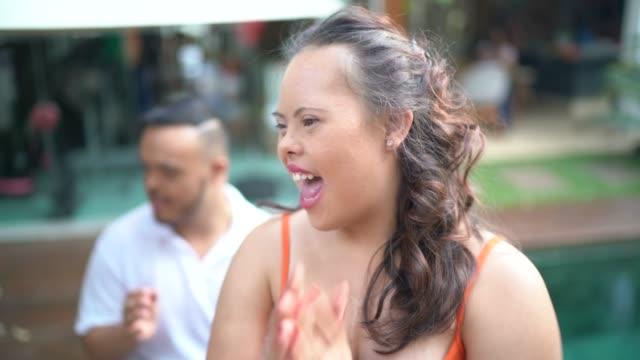 olika vänner njuter av musik tid hemma - latino music bildbanksvideor och videomaterial från bakom kulisserna