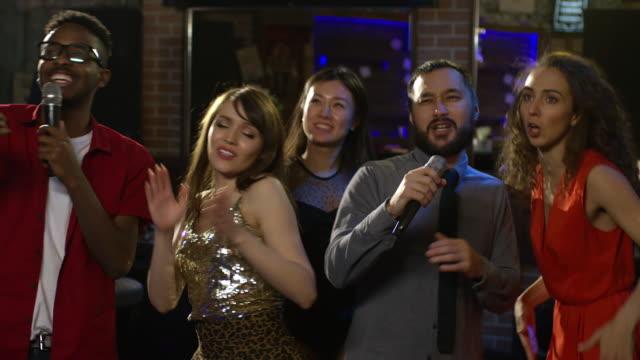 Bидео Diverse Friends Singing to Rhythmic Music