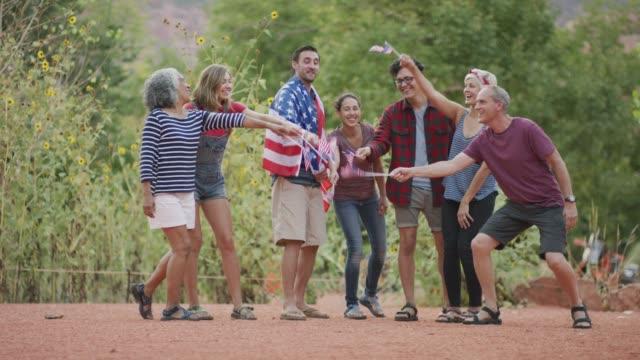 vídeos y material grabado en eventos de stock de grupo diverso celebrando el 4 de julio en américa - happy 4th of july