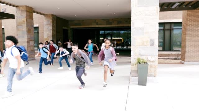 vídeos y material grabado en eventos de stock de un grupo diverso de niños que abandonan la escuela - autobuses escolares