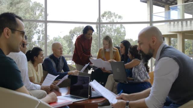 stockvideo's en b-roll-footage met diverse groep wetenschappers in groepsdiscussie - student