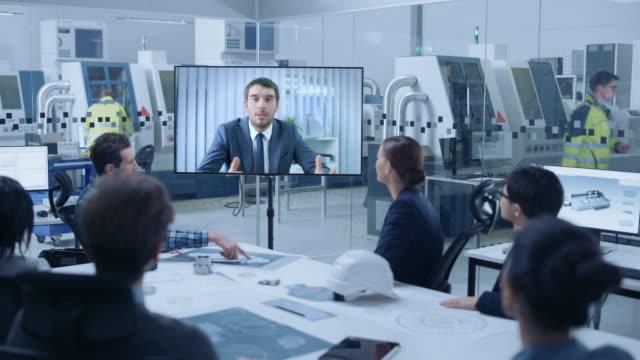 diverse gruppe von spezialisten, manager im factory office meeting room, haben sie konferenz video anruf mit top ceo manager, sie sprechen und finden lösungen - live ereignis stock-videos und b-roll-filmmaterial
