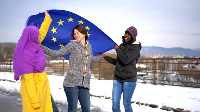 heterogene gruppe von frauen mit eu-flagge - europäische union stock-videos und b-roll-filmmaterial