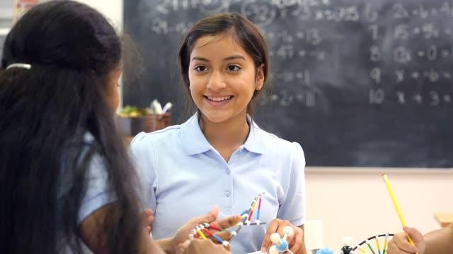 vídeos y material grabado en eventos de stock de chicas de secundaria diversos discuten asignación de adn en clase - escuela media