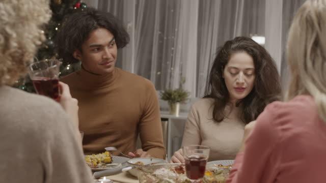 zróżnicowany mężczyzna i kobiety świętują nowy rok - four seasons filmów i materiałów b-roll