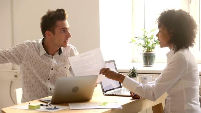 stockvideo's en b-roll-footage met diverse partners ruzie over document, schreeuwen breken contract, zakelijke fraude - conflict