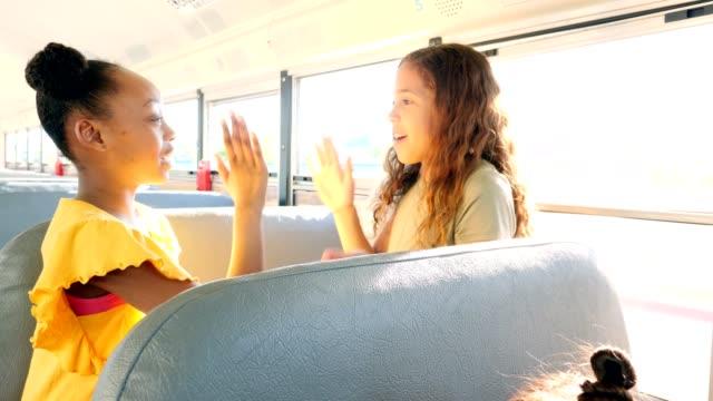 Diversos estudiantes que montan en el autobús escolar - vídeo