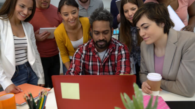 vídeos y material grabado en eventos de stock de equipo diverso en un encuentro mirando el portátil líderes mientras él está hablando - zoom meeting