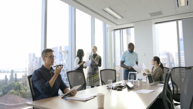 team diversificato che lavora insieme - grandangolo composizione cinematografica video stock e b–roll
