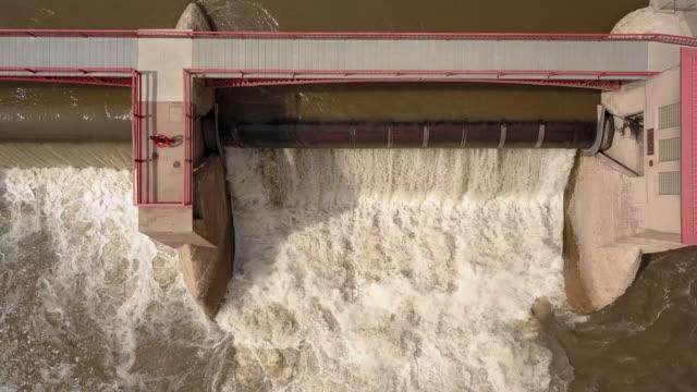 ein diversionstaudamm auf dem colorado river diverting wasser, um ein bewässerungskanalsystem für die landwirtschaft und die landwirtschaft zu schaffen - bewässerungsanlage stock-videos und b-roll-filmmaterial