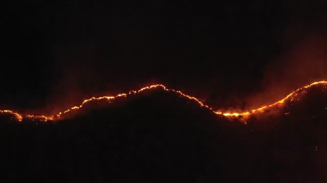 vídeos de stock, filmes e b-roll de dividindo linha de fogo florestal na vista aérea noturna - sem cultivo