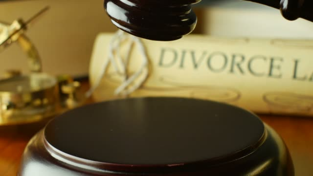 vídeos de stock e filmes b-roll de divórcio tribunal de justiça, conceito de direito de litígios com martelo e martelo - separação