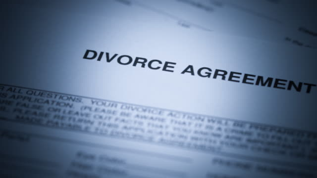 vídeos de stock e filmes b-roll de divorce documents - 4k - separação