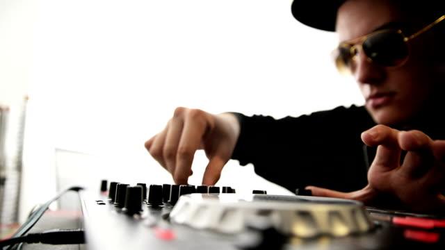 vídeos de stock e filmes b-roll de dj mistura. plano aproximado - compositor