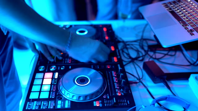 Dj playing music on night party - vídeo