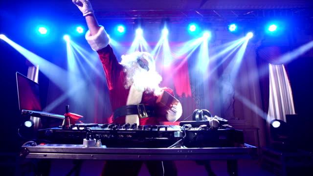 dj-weihnachtsmann mischen auf der party zu weihnachten, hob seine han - weihnachtsmann stock-videos und b-roll-filmmaterial