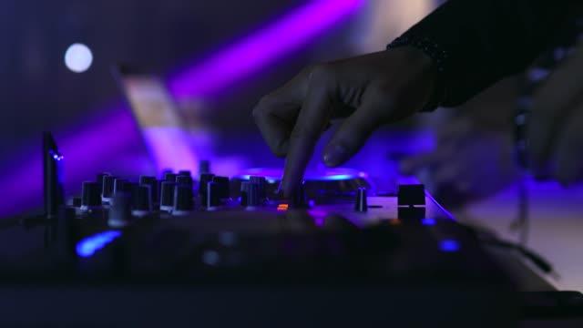 vídeos de stock, filmes e b-roll de controlador dj - dj