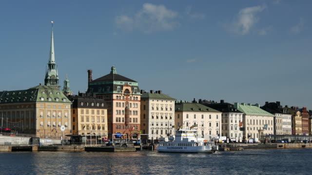 djurgården ferry lämnar gamla stan gamla stan - ferry lake sweden bildbanksvideor och videomaterial från bakom kulisserna
