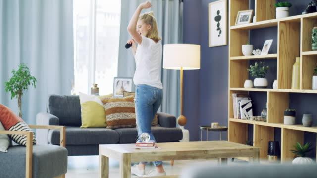 stockvideo's en b-roll-footage met doe wat je doet dat je hart gelukkig maakt - livingroom