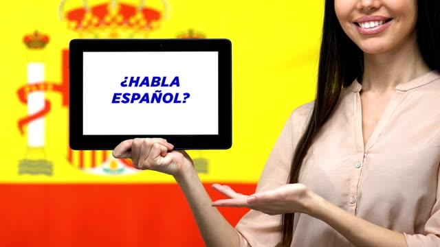 vídeos y material grabado en eventos de stock de ¿hablas frase en español en la pantalla de la tableta en la mano femenina, aplicación educativa - clase de idiomas