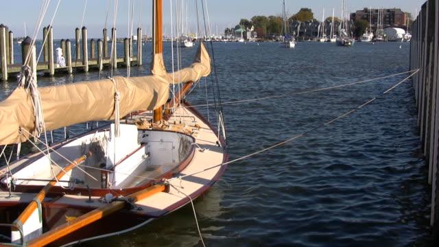 stockvideo's en b-roll-footage met docked sailboat - baai