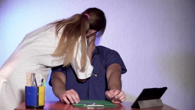 läkare och sjuksköterska kyssas i vårdcentral - lön bildbanksvideor och videomaterial från bakom kulisserna