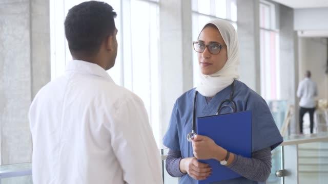 läkare och sjuk sköterska talking - hijab bildbanksvideor och videomaterial från bakom kulisserna