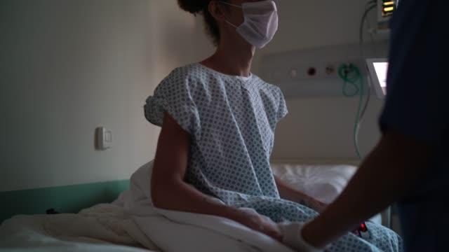 vidéos et rushes de docteur et patient à la chambre d'hôpital avec le masque de visage - 30 34 ans