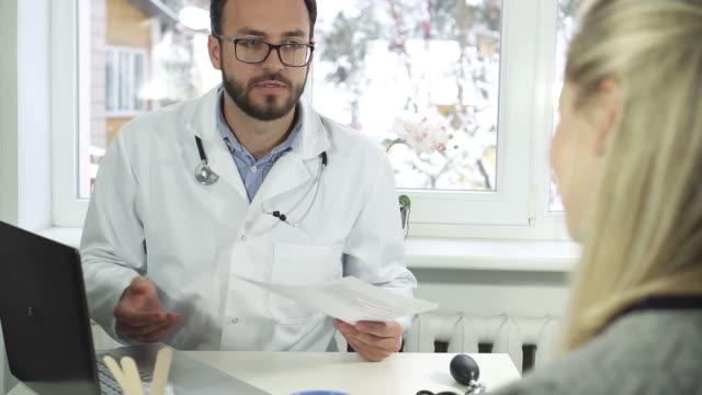 läkare och patient diskussion - vårdklinik bildbanksvideor och videomaterial från bakom kulisserna