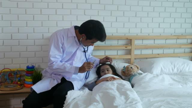医師と患者の女の子 - 聴診器点の映像素材/bロール