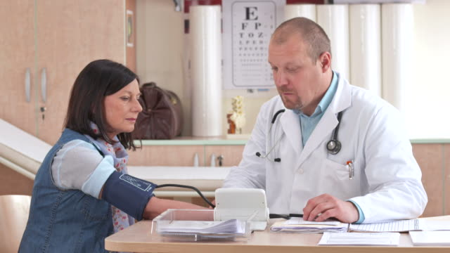 HD: Doctor revisando de la presión arterial - vídeo