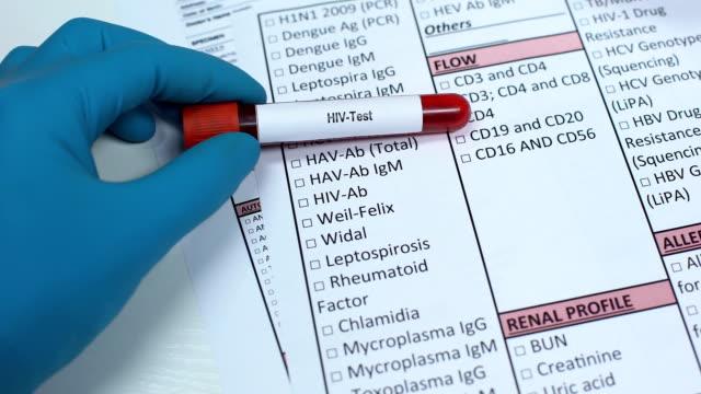 hiv, 닥터 실험실 빈에 있는 질병 검사, 혈액 샘플을 보여주는, 인식 - aids 스톡 비디오 및 b-롤 화면