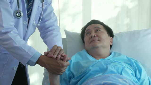 Doctor consoladora al paciente hombre senior - vídeo