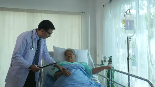 arzt tröstlich für ältere patienten - krankenstation stock-videos und b-roll-filmmaterial