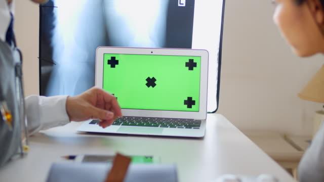 vidéos et rushes de médecin de discuter des résultats avec le patient sur ordinateur - equipement médical