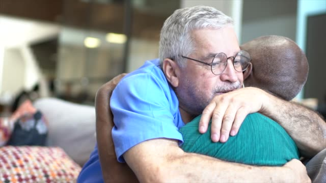 arzt umarmt patienten - geduld stock-videos und b-roll-filmmaterial