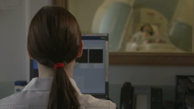 vídeos de stock e filmes b-roll de médico examina doente com um'scanner'tac - tomografia